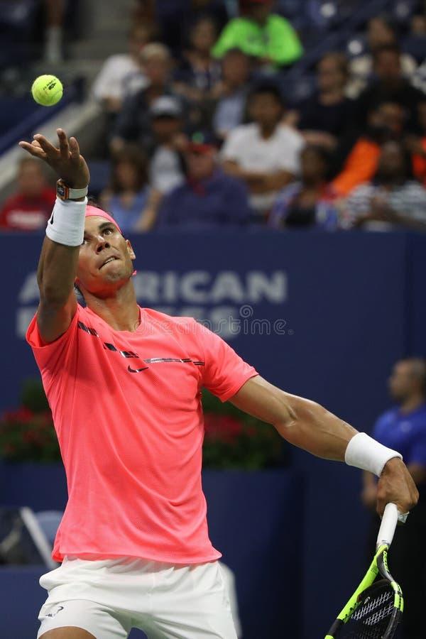 Champion Rafael Nadal de Grand Chelem de l'Espagne dans l'action pendant son match de rond de l'US Open 2017 d'abord image libre de droits