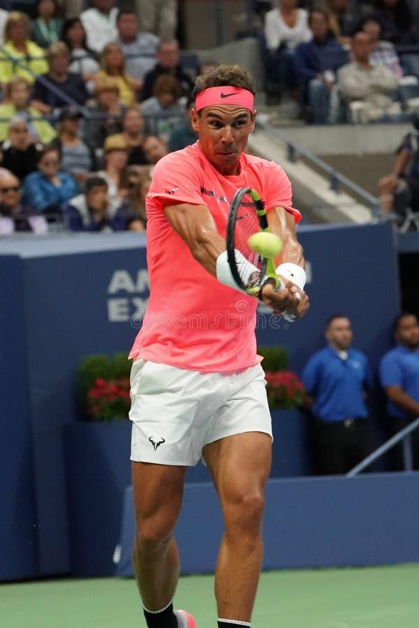 Champion Rafael Nadal de Grand Chelem de l'Espagne dans l'action pendant son match de rond de l'US Open 2017 d'abord photographie stock libre de droits