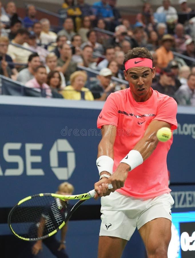 Champion Rafael Nadal de Grand Chelem de l'Espagne dans l'action pendant son match de rond de l'US Open 2017 d'abord images libres de droits