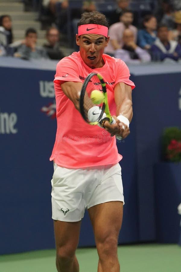Champion Rafael Nadal de Grand Chelem de l'Espagne dans l'action pendant son match de rond de l'US Open 2017 d'abord image stock