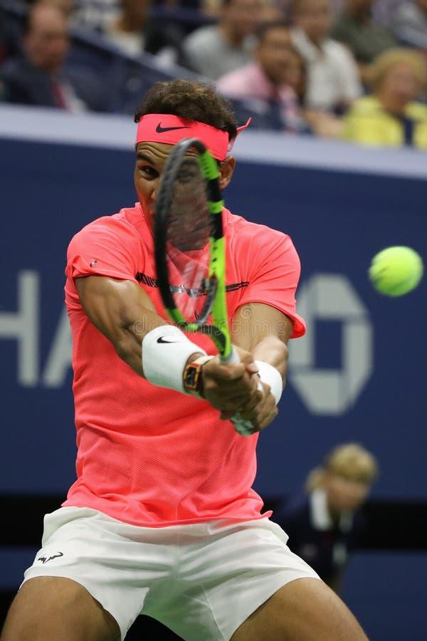 Champion Rafael Nadal de Grand Chelem de l'Espagne dans l'action pendant son match de rond de l'US Open 2017 d'abord images stock
