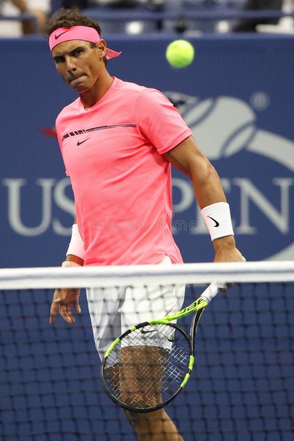 Champion Rafael Nadal de Grand Chelem de l'Espagne dans l'action pendant son match de rond de l'US Open 2017 d'abord photo stock