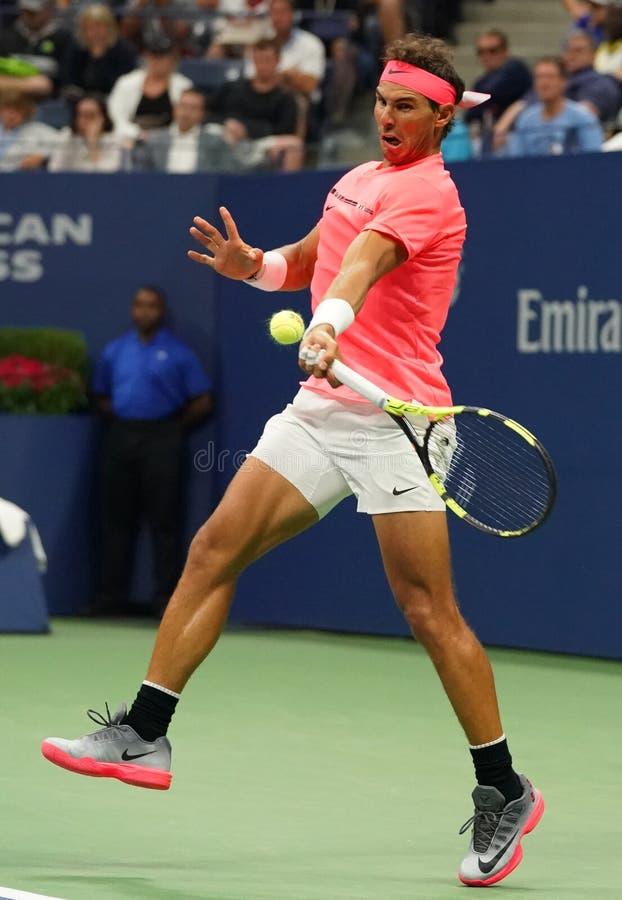 Champion Rafael Nadal de Grand Chelem de l'Espagne dans l'action pendant son match de rond de l'US Open 2017 troisième photo stock