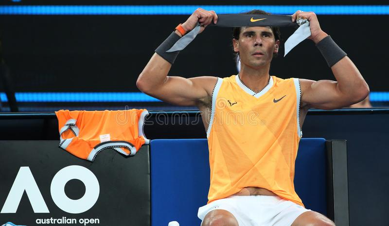 Champion Rafael Nadal de Grand Slam de dix-sept fois de bandana de changements de l'Espagne pendant son match final à l'open d'A photographie stock