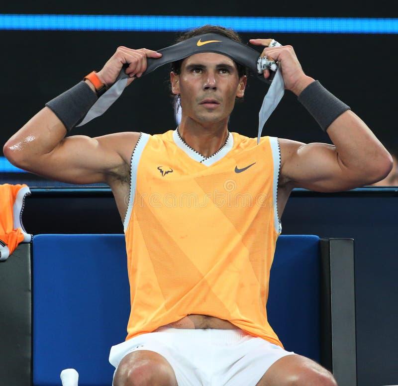 Champion Rafael Nadal de Grand Slam de dix-sept fois de bandana de changements de l'Espagne pendant son match final à l'open d'A photos stock