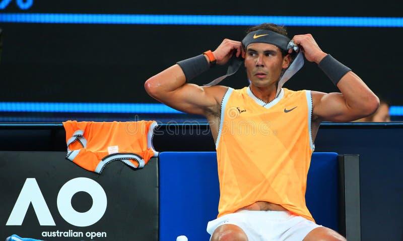 Champion Rafael Nadal de Grand Slam de dix-sept fois de bandana de changements de l'Espagne pendant son match final à l'open d'A photo libre de droits