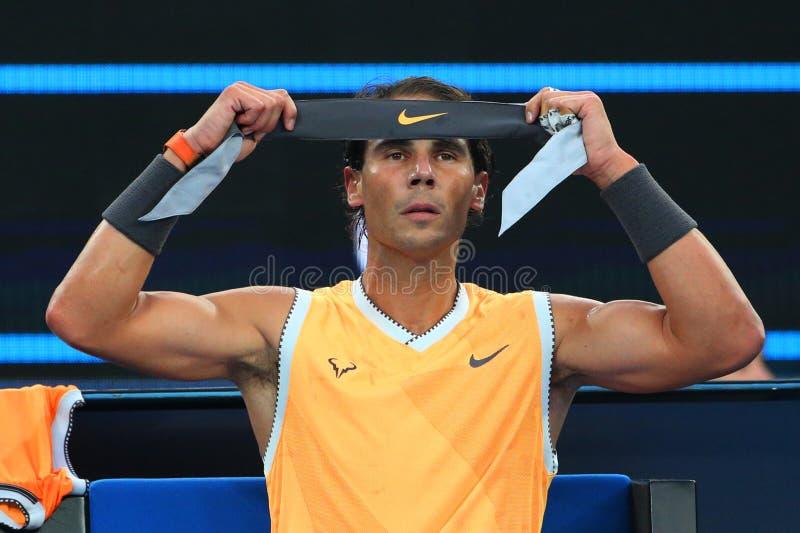Champion Rafael Nadal de Grand Slam de dix-sept fois de bandana de changements de l'Espagne pendant son match final à l'open d'A photos libres de droits