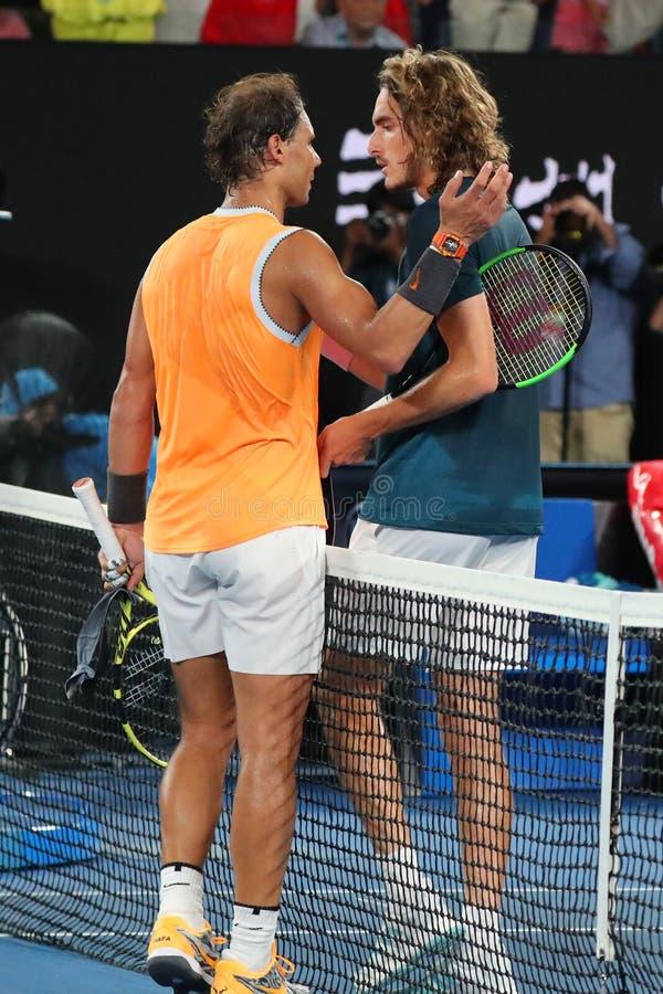 Champion Rafael Nadal de Grand Slam de l'Espagne L et Stefanos Tsitsipas de la Grèce après match de demi-finale à l'open d'Austra photos libres de droits