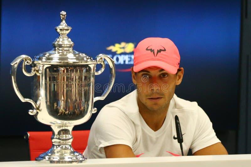Champion Rafael Nadal de l'US Open 2017 de l'Espagne pendant la conférence de presse après sa victoire de match final contre Kevi image libre de droits