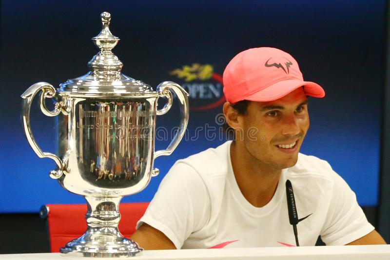 Champion Rafael Nadal de l'US Open 2017 de l'Espagne pendant la conférence de presse après sa victoire de match final contre Kevi image stock