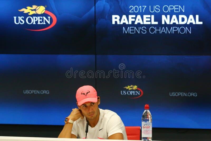 Champion Rafael Nadal de l'US Open 2017 de l'Espagne pendant la conférence de presse après sa victoire de match final contre Kevi photos libres de droits