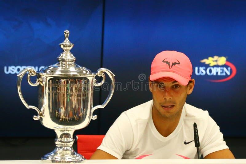 Champion Rafael Nadal de l'US Open 2017 de l'Espagne pendant la conférence de presse après sa victoire de match final contre Kevi photo stock