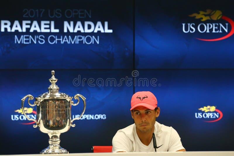 Champion Rafael Nadal de l'US Open 2017 de l'Espagne pendant la conférence de presse après sa victoire de match final contre Kevi photographie stock