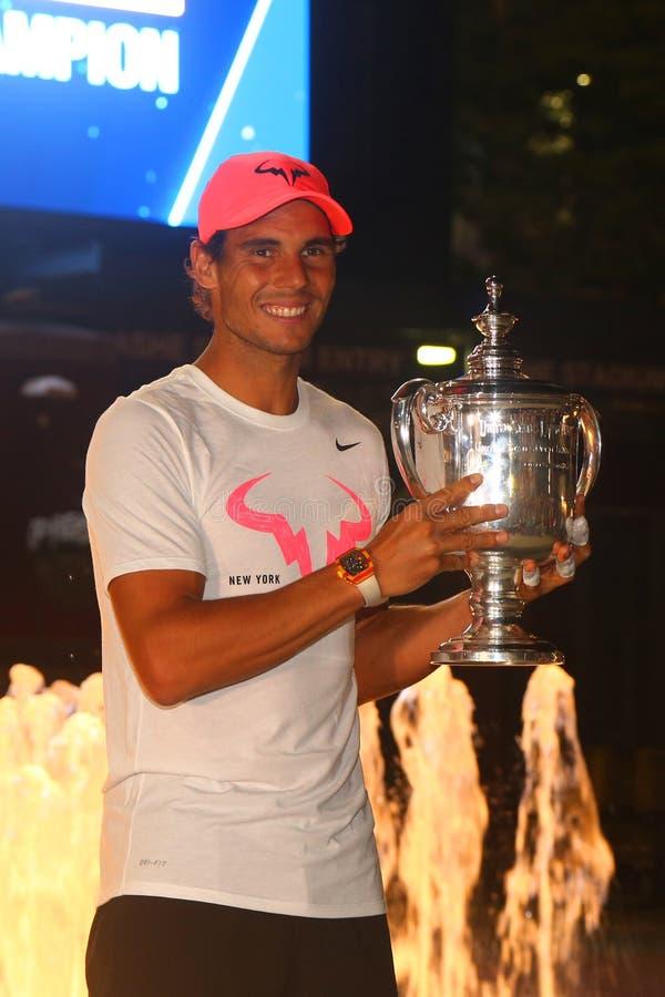 Champion Rafael Nadal de l'US Open 2017 de l'Espagne posant avec le trophée d'US Open photo libre de droits