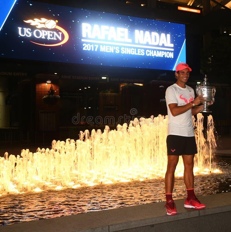 Champion Rafael Nadal de l'US Open 2017 de l'Espagne posant avec le trophée d'US Open photographie stock libre de droits