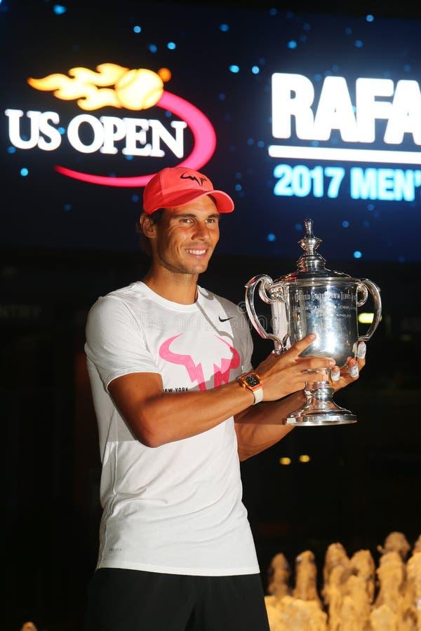 Champion Rafael Nadal de l'US Open 2017 de l'Espagne posant avec le trophée d'US Open photos stock
