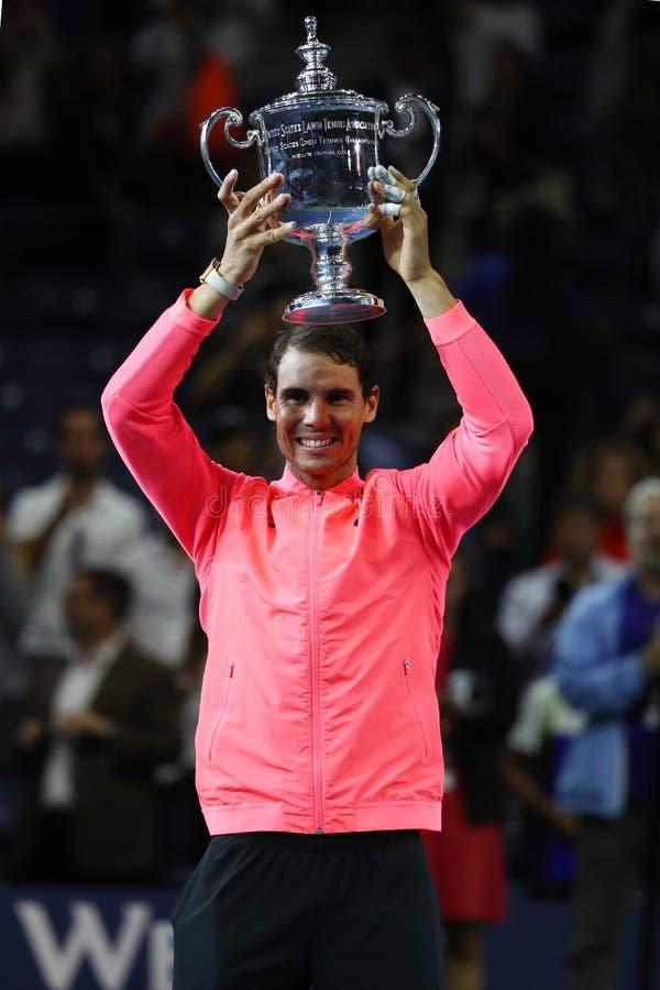 Champion Rafael Nadal de l'US Open 2017 de l'Espagne posant avec le trophée d'US Open pendant la présentation de trophée photo libre de droits