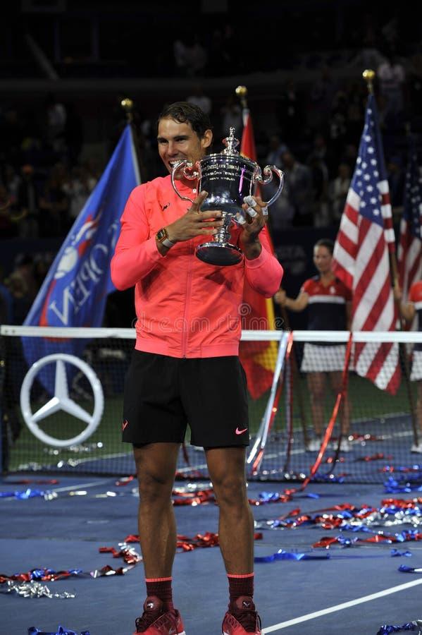 Champion Rafael Nadal de l'US Open 2017 de l'Espagne posant avec le trophée d'US Open pendant la présentation de trophée après sa photos libres de droits