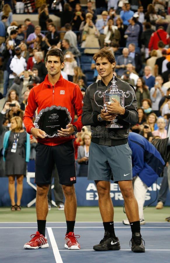Champion Rafael Nadal de l'US Open 2013 et finaliste Novak Djokovic pendant la présentation de trophée après match final image stock