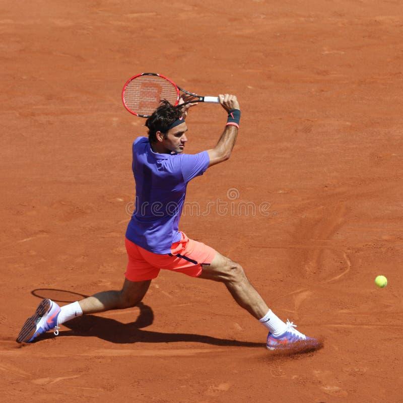 Champion Roger Federer de Grand Chelem de dix-sept fois dans l'action pendant son deuxième match de rond chez Roland Garros 2015 photo stock
