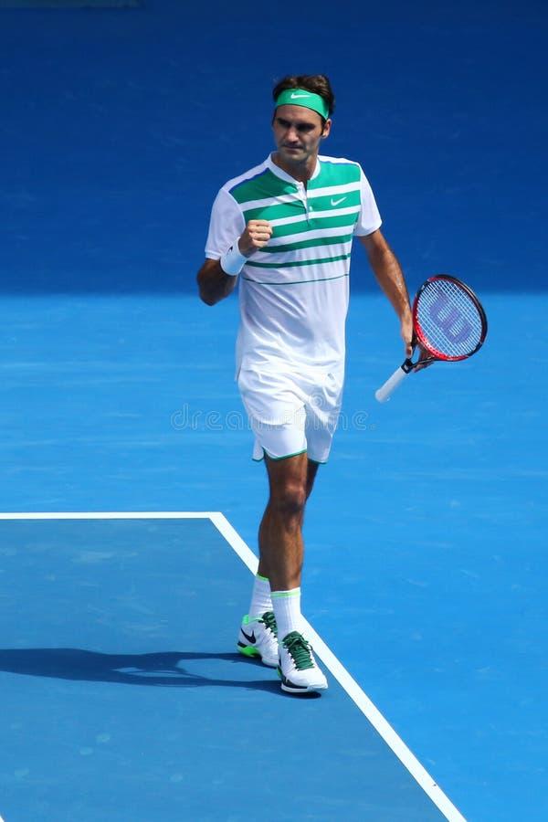 Champion Roger Federer de Grand Chelem de dix-sept fois de la Suisse dans l'action pendant le match de quart de finale à l'open d image libre de droits