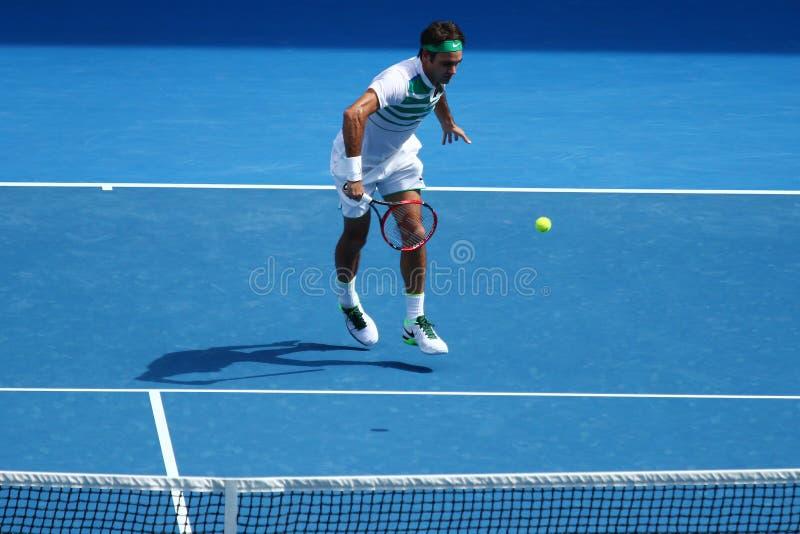 Champion Roger Federer de Grand Chelem de dix-sept fois de la Suisse dans l'action pendant le match de quart de finale à l'open d photographie stock