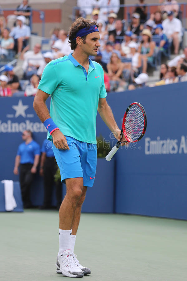Champion Roger Federer de Grand Chelem de dix-sept fois pendant le match 2014 de demi-finale d'US Open contre Marin Cilic image libre de droits