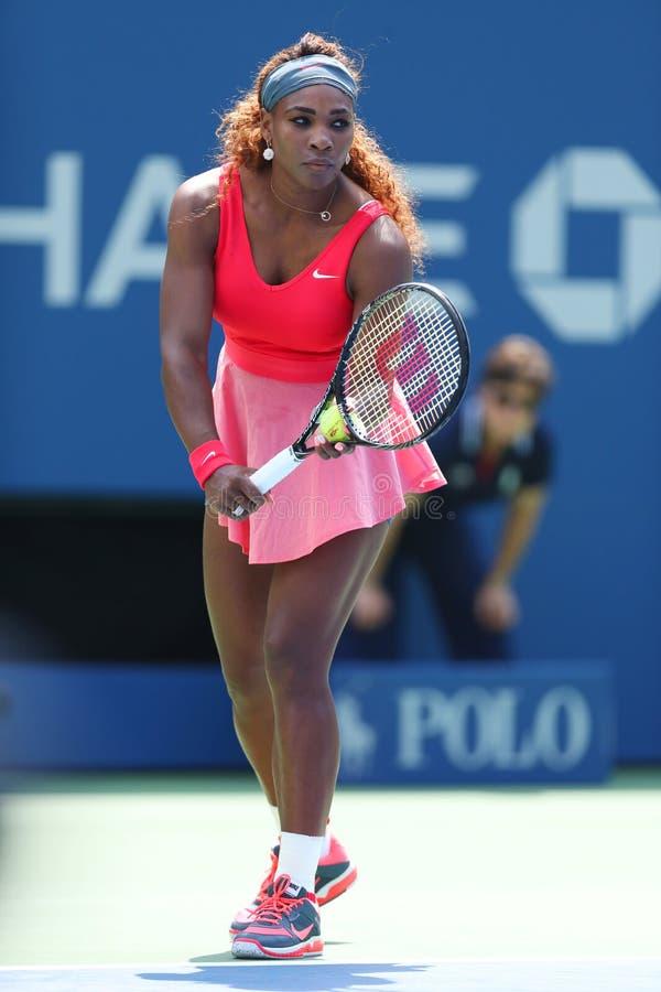 Champion Serena Williams de Grand Chelem de seize fois pendant le deuxième match de rond à l'US Open 2013 images libres de droits