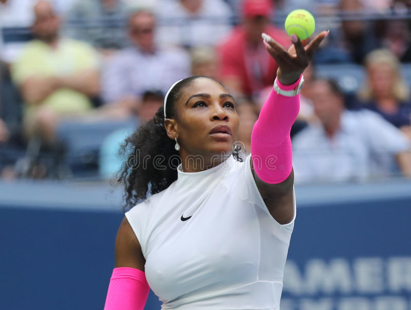Champion Serena Williams de Grand Chelem des Etats-Unis dans l'action pendant son match quatre rond à l'US Open 2016 images stock
