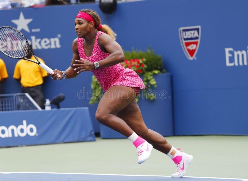 Champion Serena Williams de Grand Chelem pendant le troisième match de rond à l'US Open 2014 contre Varvara Lepchenko images stock