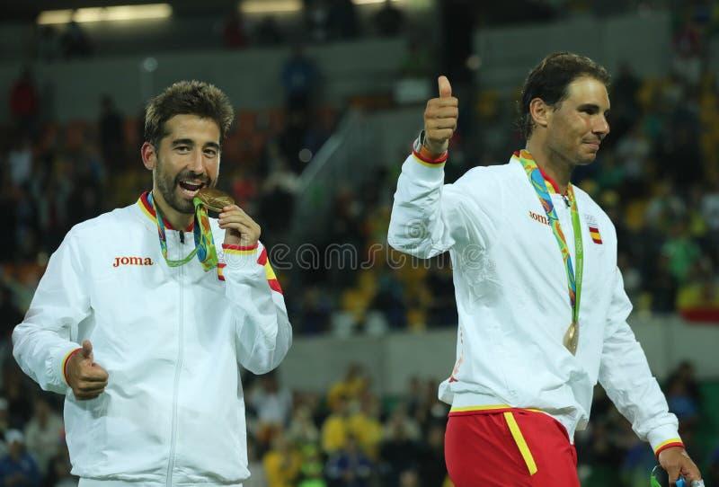 Champions olympiques Mark Lopez et Rafael Nadal de l'Espagne pendant la cérémonie de médaille après victoire aux doubles des homm image libre de droits