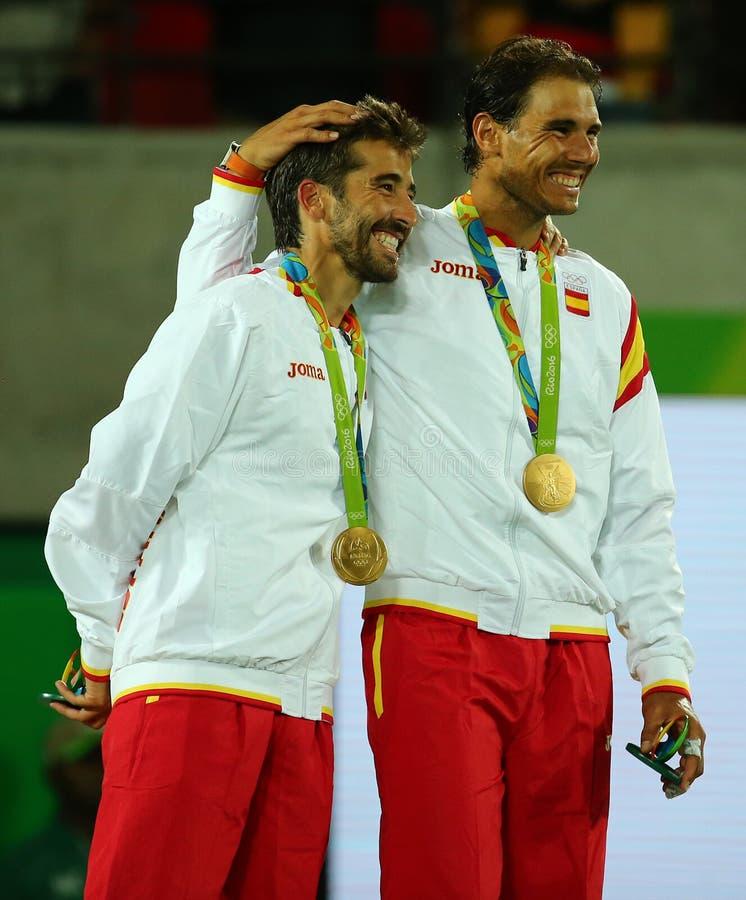 Champions olympiques Mark Lopez (l) et Rafael Nadal de l'Espagne pendant la cérémonie de médaille après victoire aux doubles des  images libres de droits