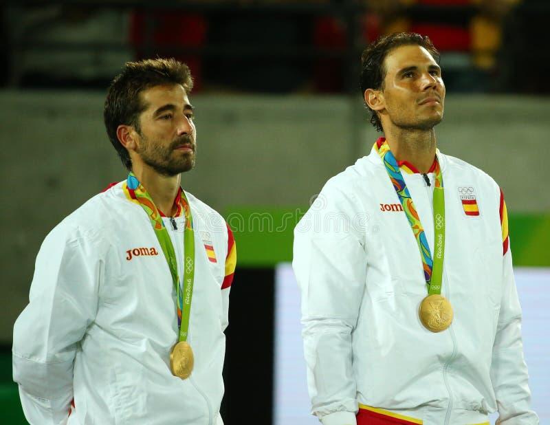 Champions olympiques Mark Lopez (l) et Rafael Nadal de l'Espagne pendant la cérémonie de médaille après victoire aux doubles des  photo stock