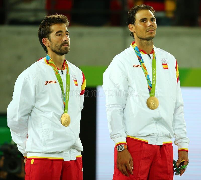 Champions olympiques Mark Lopez (l) et Rafael Nadal de l'Espagne pendant la cérémonie de médaille après victoire aux doubles des  photos stock