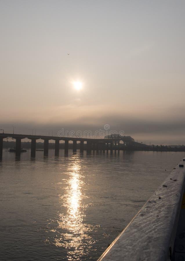 Champlain-Brücke im Nebel lizenzfreies stockbild
