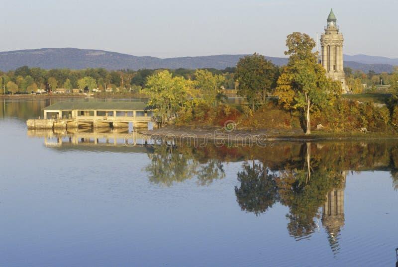 Champlain minnesmärke och fyr på kronapunkt, New York på sjön Champlain royaltyfri foto