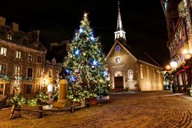 Champlain pequeno en una ciudad vieja más baja en la noche en acontecimiento de la Navidad fotos de archivo libres de regalías
