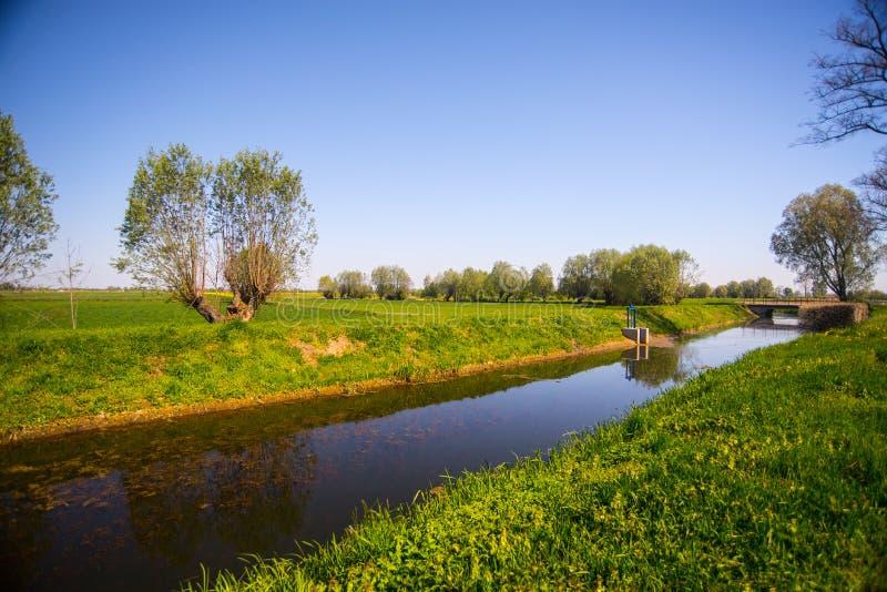 Champs d'agriculture et un canal photos stock