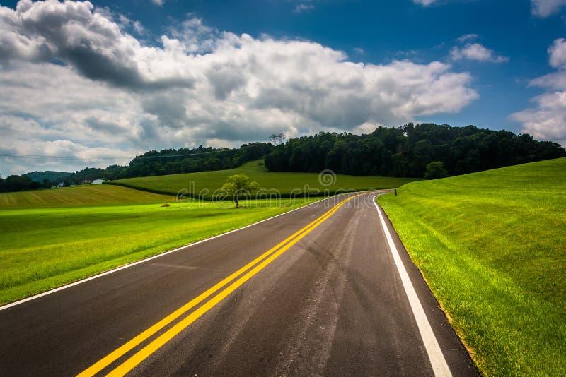 Champs de ferme le long d'une route de campagne dans Carroll County rurale, Maryla photo libre de droits