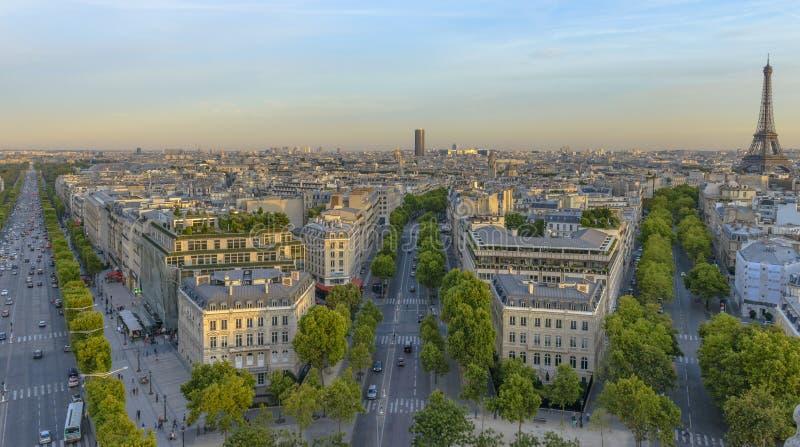 Champs-Elysees comme vu d'Arc de Triomphe images stock