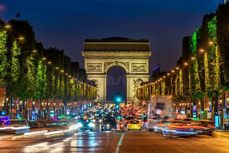 Champs-Elysees en Arc de Triomphe bij nacht in Parijs royalty-vrije stock fotografie