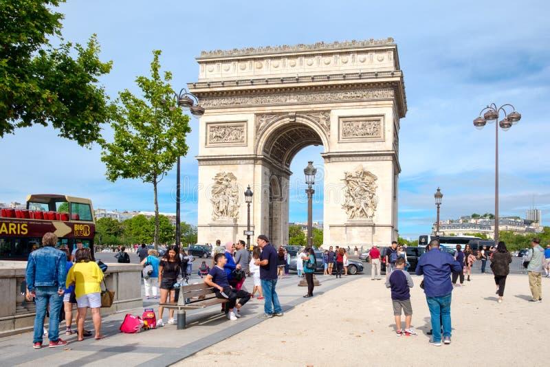 Champs-Elysees en Arc de Triomphe in Parijs op de zomer stock foto