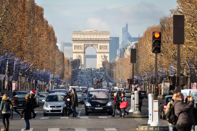 Champs-Elysees med Arc de Triomphe, Paris, Frankrike fotografering för bildbyråer