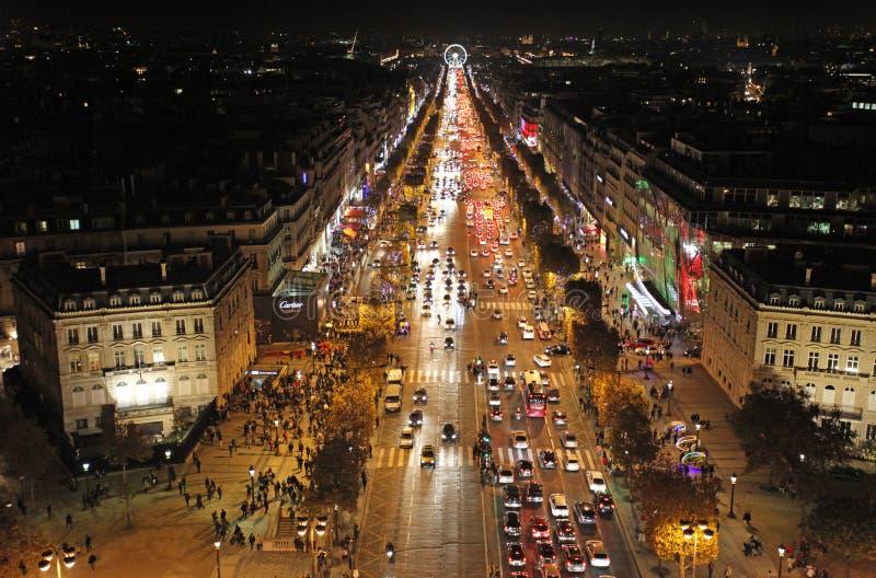 Champs-Elysees vid nattsikt från över paris arkivfoto