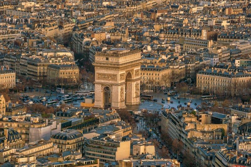 Champs-Elysees y Arc de Triomphe famosos en París imagen de archivo libre de regalías