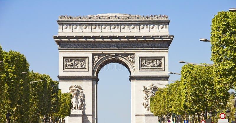 Champs-elysees y el arco du Triomphe imagen de archivo libre de regalías