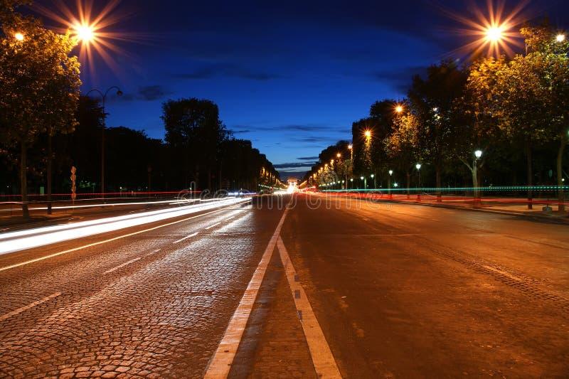 Champs-Elyseesallee nachts, Paris, Frankreich lizenzfreie stockfotos