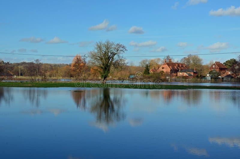 Champs en crue et essai de rivière, Romsey, Hampshire photos stock