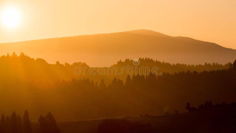 Champs et collines au lever de soleil près de Dolny Kubin en Slovaquie photo libre de droits