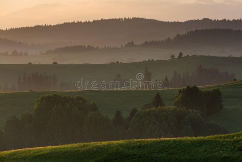 Champs et collines au lever de soleil près de Dolny Kubin en Slovaquie image stock